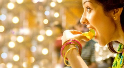 anushka-sharma-eating-goll-gappa_0_1413038525_1413038533_416x227